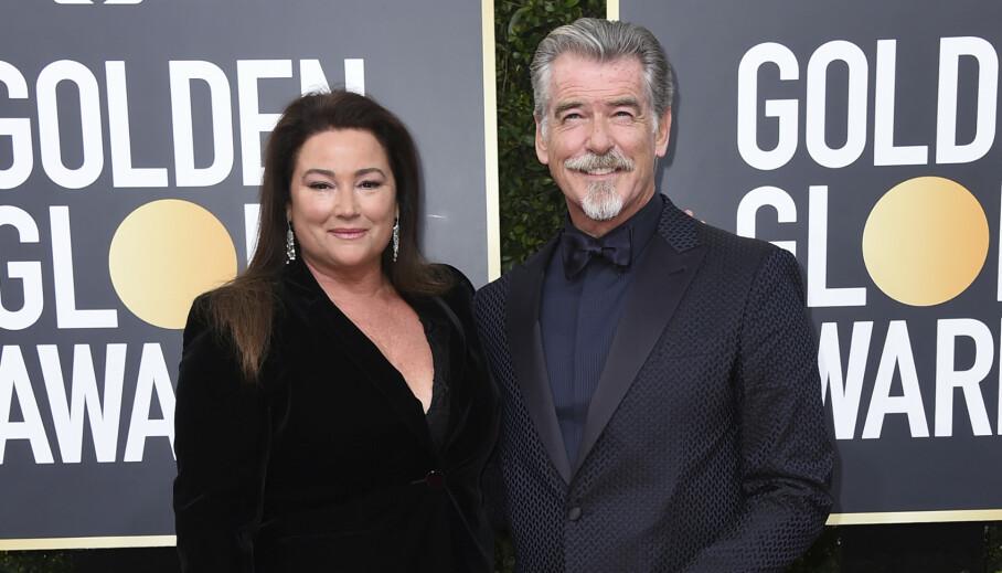 HUSSALG: Skuespiller Pierce Brosnan og kona Keely Shaye Smith selger boligen i Malibu etter 20 år. Den er derimot langt ifra billig, og ligger ute til salgs for én milliard norske kroner. Foto: Jordan Strauss/Invision/AP/NTB