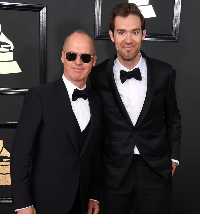 <strong>FAMILIE:</strong> Sean Douglas arbeider i underholdningsindustrien i likhet med faren Michael Keaton, men holder seg gjerne mer i bakgrunnen. Her er duoen avbildet under Grammy-utdelingen i 2017 - da Sean var nominert. Foto: Jim Smeal/REX/NTB