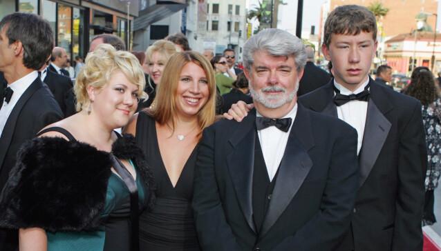 <strong>LUCAS-FAMILIEN:</strong> Stjerneregissør George Lucas poserer sammen med barna Katie (t.v.), Amanda og Jett. Foto: AP Photo/ Chris Carlson/ NTB