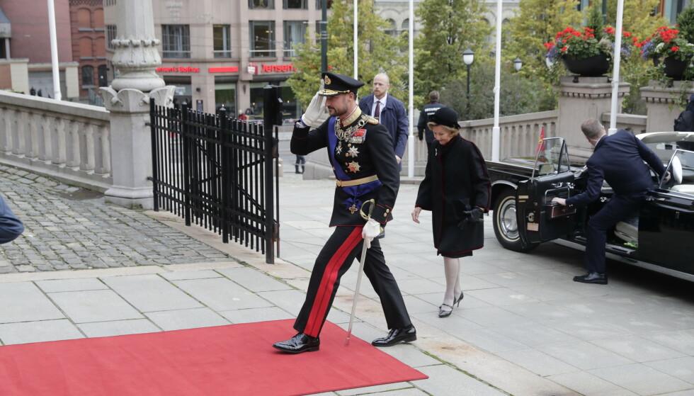 HISTORISK: - Kronprins Haakon blir i dag historisk, da det blir første storting han åpner, sier kongehusekspert Anders Johan Stavseng. Her er kronprinsen og dronningen på vei inn i Stortinget. Foto: Berit Roald / NTB / POOL