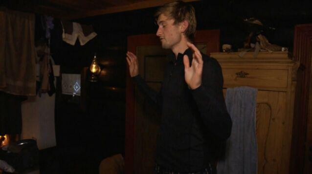 VELSIGNELSE: Ved flere anledninger har tv-seerne fått se Thor Haavik ha god natt-velsignelse for de andre deltakerne. Foto: TV 2