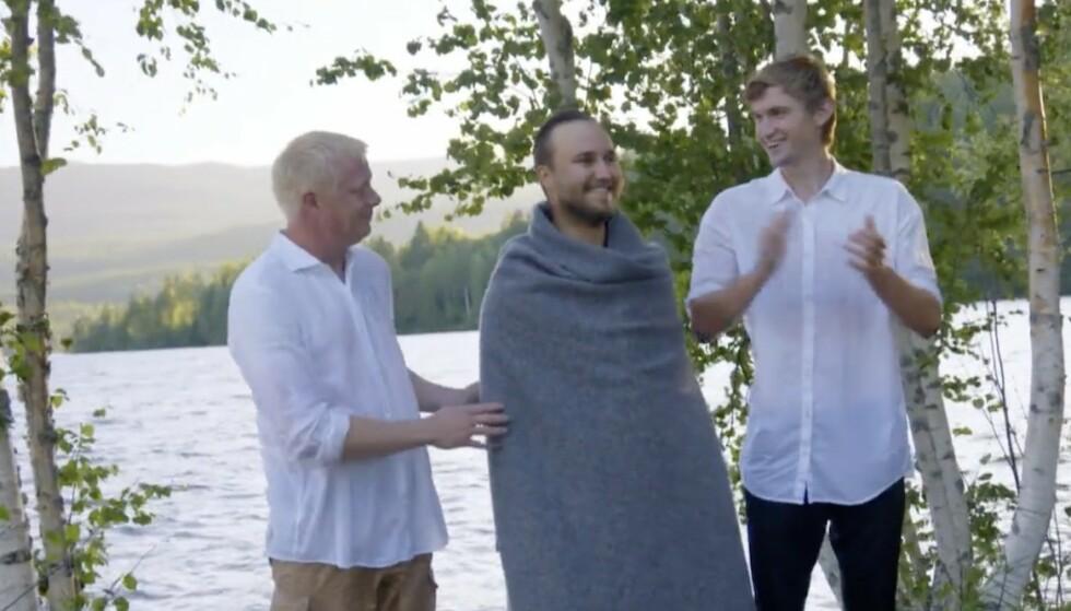 STORT ØYEBLIKK: Nils Kvalvik var også blant Kjetils faddere. Her med presten Thor Haavik etter dåpen. Foto: TV 2