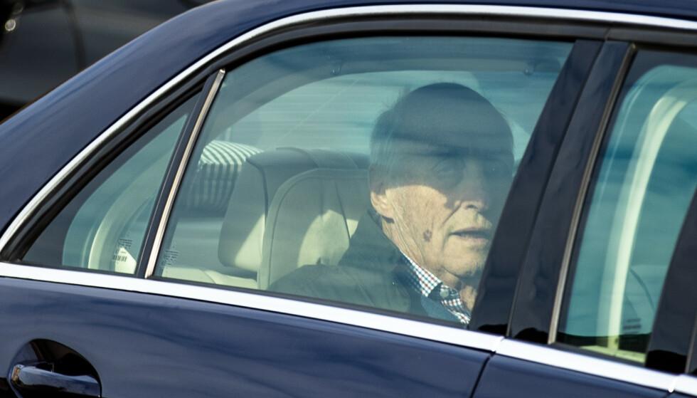 HJEMME: Kong Harald forlot Rikshospitalet mandag formiddag. Foto: Jil Yngland / NTB