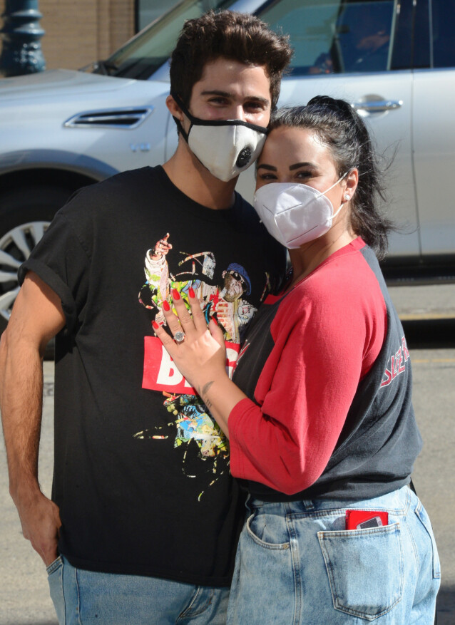 <strong>NYFORLOVET:</strong> Demi Lovato viser frem sin gigantiske forlovelsesring for fotografene i slutten av juli, kort tid etter at hun og Max Ehrich forlovet seg. Foto: London Entertainment / SplashNews/ NTB