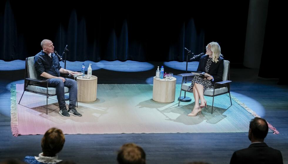<strong>FORFATTERSAMTALE:</strong> Her har kronprinsesse Mette-Marit en samtale med forfatter Geir Gulliksen om hans nye roman på Deichman Bjørvika. Foto: Fredrik Hagen / NTB