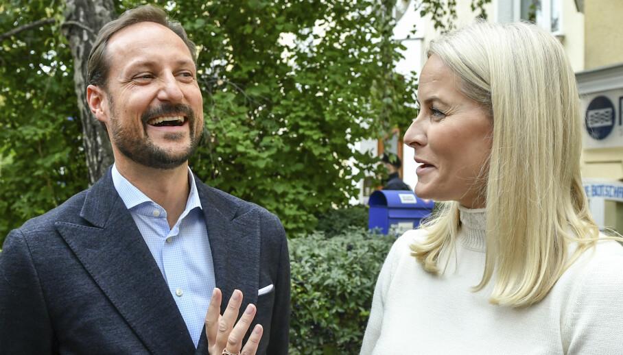 <strong>OPPSIKTSVEKKENDE AVSLØRING:</strong> Kronprinsesse Mette-Marit avslørte mandag at hun leste sexscener høyt for ektemannen, kronprins Haakon. Foto: Jens Kalaene/AP/NTB