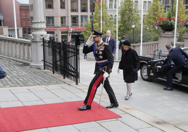 HISTORISK: - Kronprins Haakon ble historisk, da det ble første storting han åpnet, sa kongehusekspert Anders Johan Stavseng. Her er kronprinsen og dronningen på vei inn i Stortinget. Foto: Berit Roald / NTB / POOL