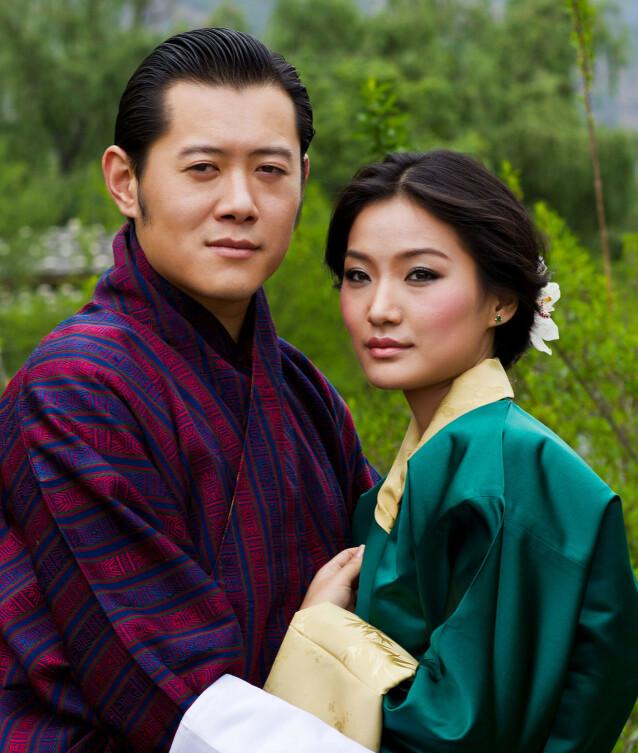 <strong>FORLOVET:</strong> Da forlovelsen mellom Jigme Khesar Namgyel Wangchuck og Jetsun Pema ble kjent våren 2011, ble dette portrettet av paret offentliggjort. Foto: Gelay Jamtsho/ Det kongelige sekretariat/ AFP/ NTB