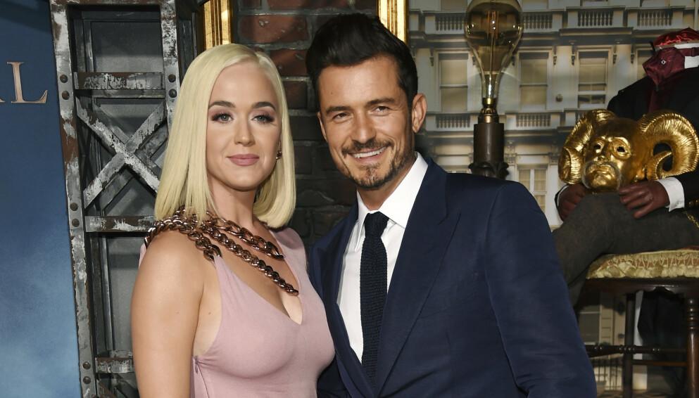 ULYKKE: Den anerkjente skuespilleren deler bilde av den omfattende skaden. Her med forloveden Katy Perry. Foto: Chris Pizzello/Invision/AP/NTB