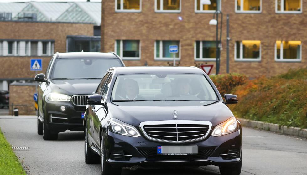 PÅ VEI INN: Kong Harald ankom Rikshospitalet sammen med livvaktene sine. Foto: Ørn E. Borgen / NTB