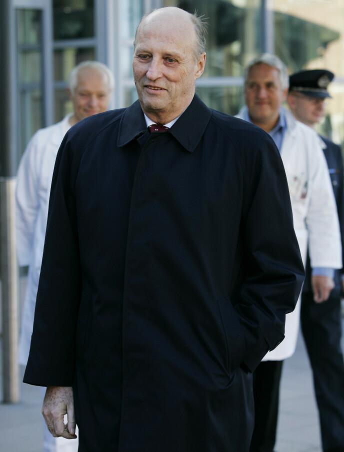 2005: Her forlater kong Harald Rikshospitalet i 2005, etter den første hjerteklaffoperasjonen. Foto: Erlend Aas / NTB