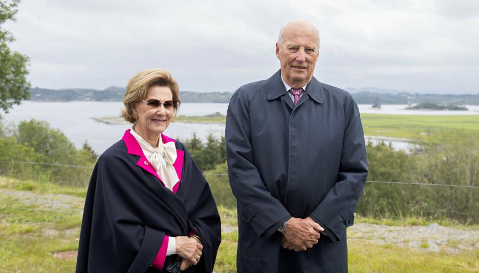 VELLYKKET OPERASJON: Kong Harald fikk fredag byttet hjerteklaff. Her sammen med dronning Sonja på Askøy sommeren 2019. Marit Hommedal / NTB
