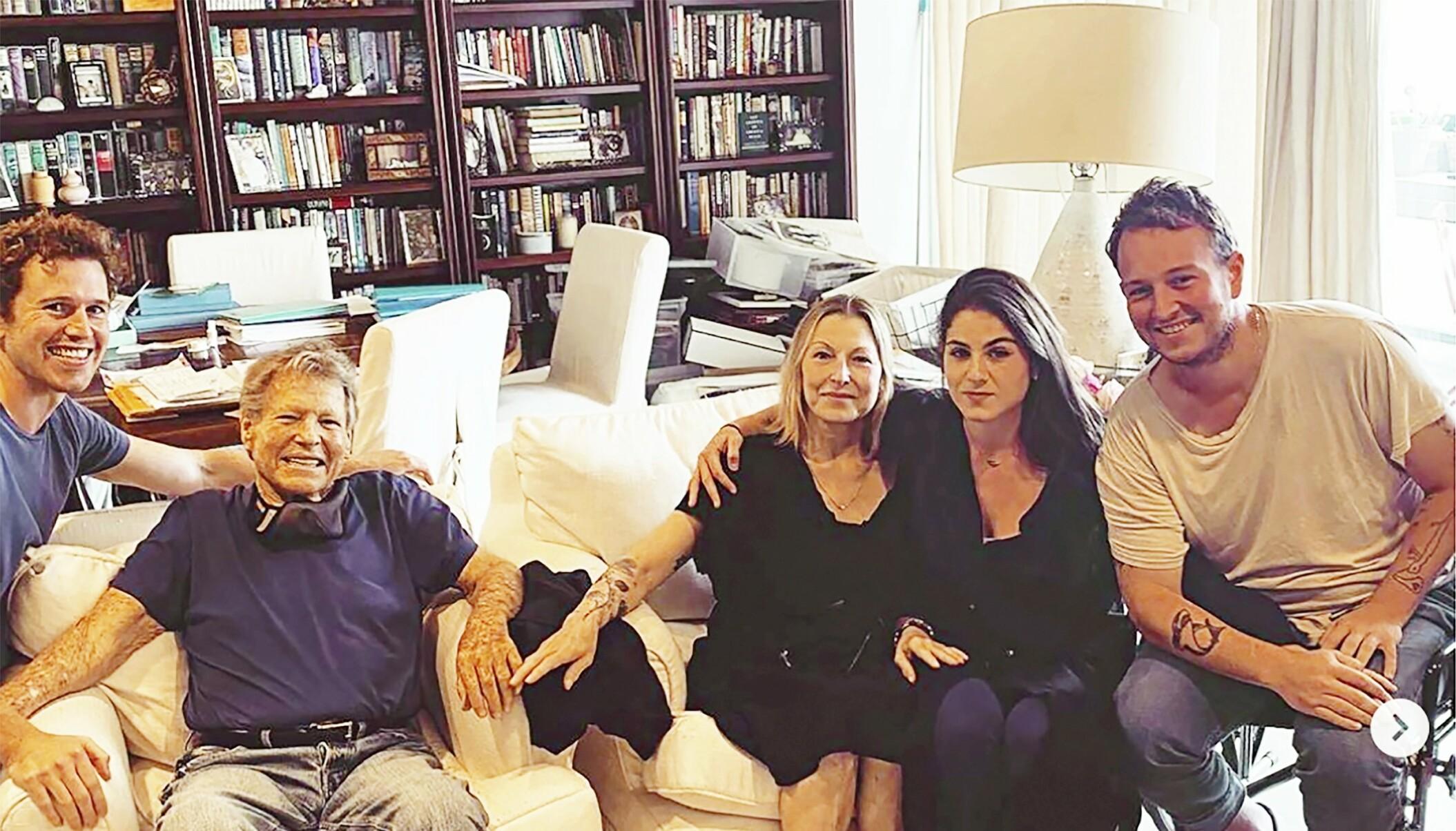 HISTORISK: Ryan O'Neals barnebarn (fra venstre) Sean, Emily og Kevin er lykkelige over at moren (i midten) og bestefaren for første gang på 17 år har vært i samme rom som dem.