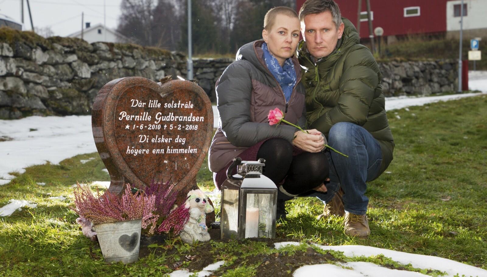 TENTE LYS: Gravsteinen til Pernille er formet som et hjerte. Anne og Ove besøkte gravstedet henne hver eneste dag. «Vi elsker deg høyere enn himmelen», står det på gravsteinen.
