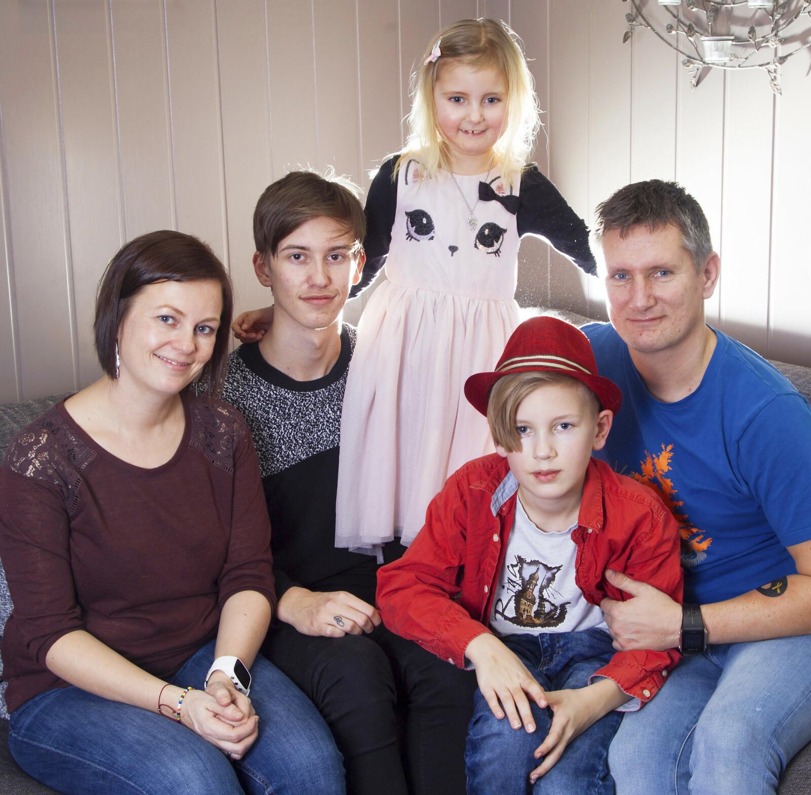 FAMILIEN: Pernille Gudbrandsen var lykkelig da hun fikk Gledesprisen i 2018. Hun drømte om å reise til Paris. Her er hun sammen med mamma Anne, pappa Ove og brødrene Noah og William.
