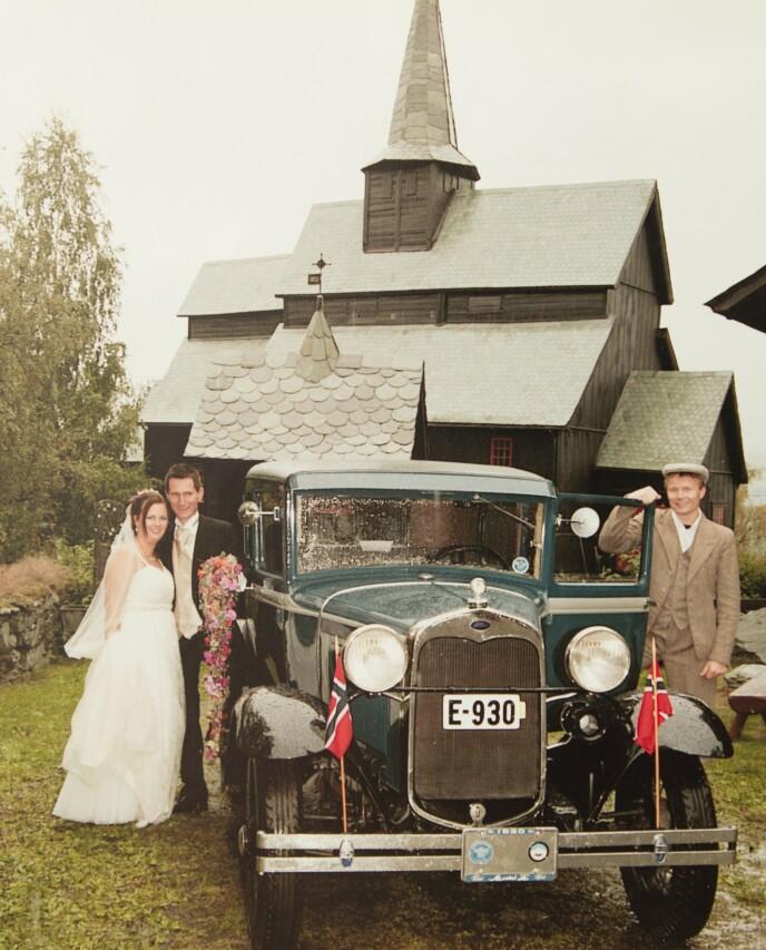 BRYLLUPSKIRKEN: Anne og Ove giftet seg i Høre stavkirke i Valdres i 2009. De fikk 19 år som kjærester, men halvparten av disse årene var preget av kreften til Pernille og Anne.