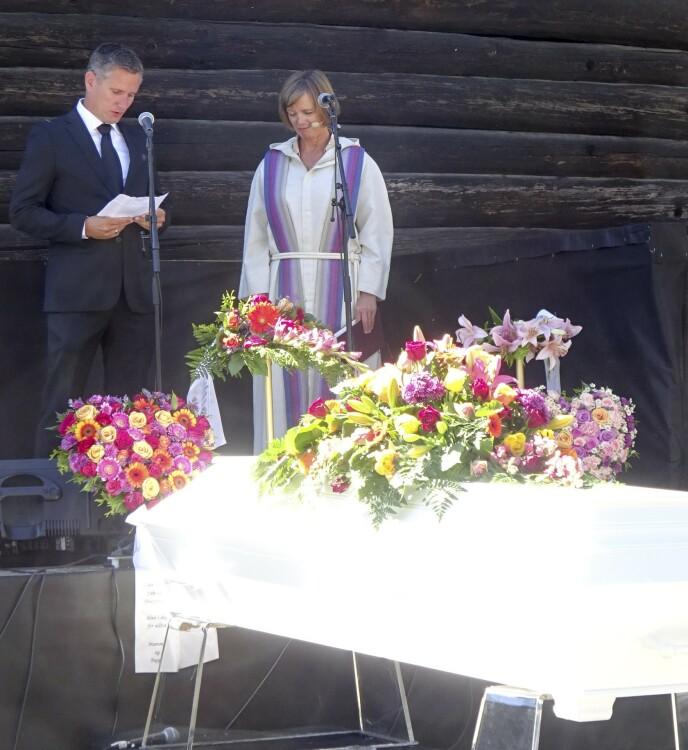 UTE-BEGRAVELSE: Korona-restriksjoner gjorde at Ove valgte å arrangere ko-nas begravelse utendørs. Han orket ikke tanken på å være den som måtte nekte no-en å ta et siste farvel med hans elskede Anne. Ingebjørg Vik Laugaland forrettet.