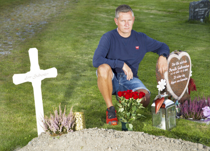 ALENE: – Anne trodde aldri på noe etter døden, men hun håpet hun skulle få møte Pernille likevel, sier Ove Gudbrandsen fra Ryfoss. Han besøker kirkegården hver eneste dag. Mor og datter er gravlagt ved siden av hverandre.