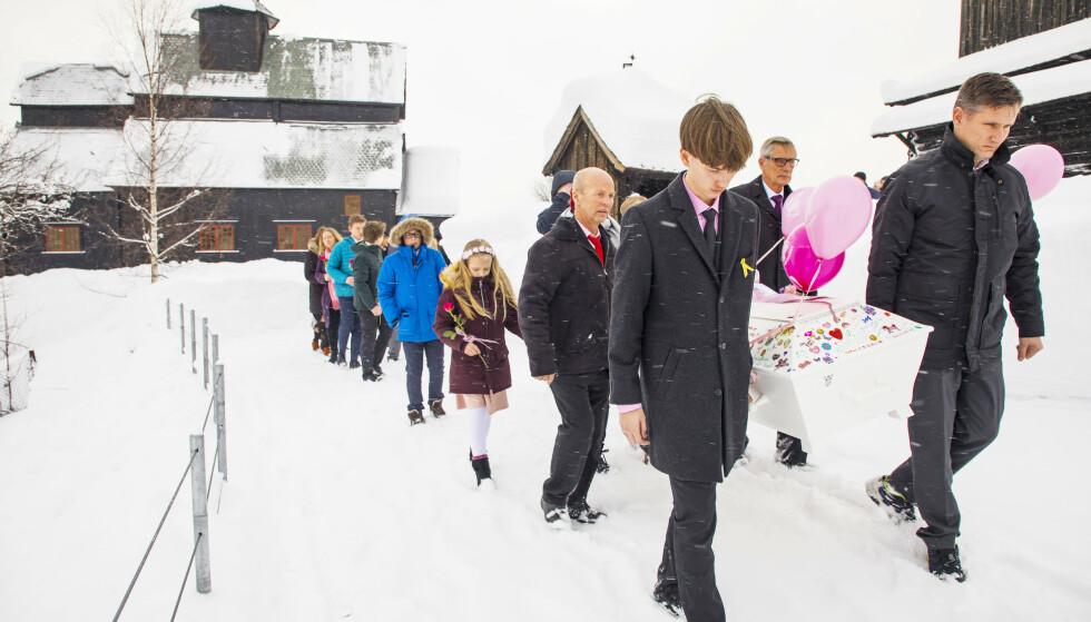 PERNILLES BEGRAVELSE: Datteren Pernille fikk kreftdiagnosen i 2016. To år senere orket ikke kroppen hennes mer. Ove bar kisten sammen med Pernilles storebror William og besteforeldrene Nils Oddvar Haugen og Magne Gudbrandsen.