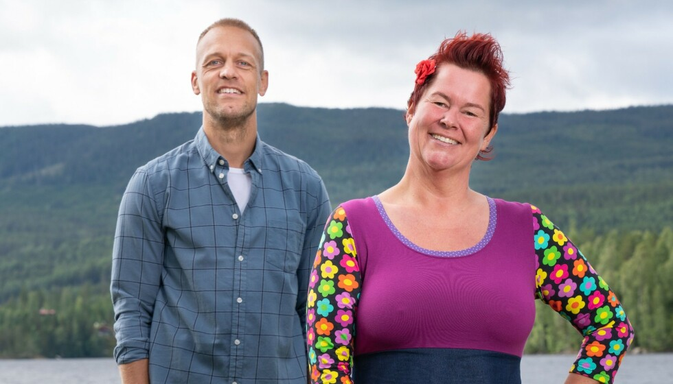TREKKER SEG: «Farmen»-deltaker Lene Egeland Hogstad takker for seg. Her med programleder Mads Hansen. Foto: Espen Solli / TV 2
