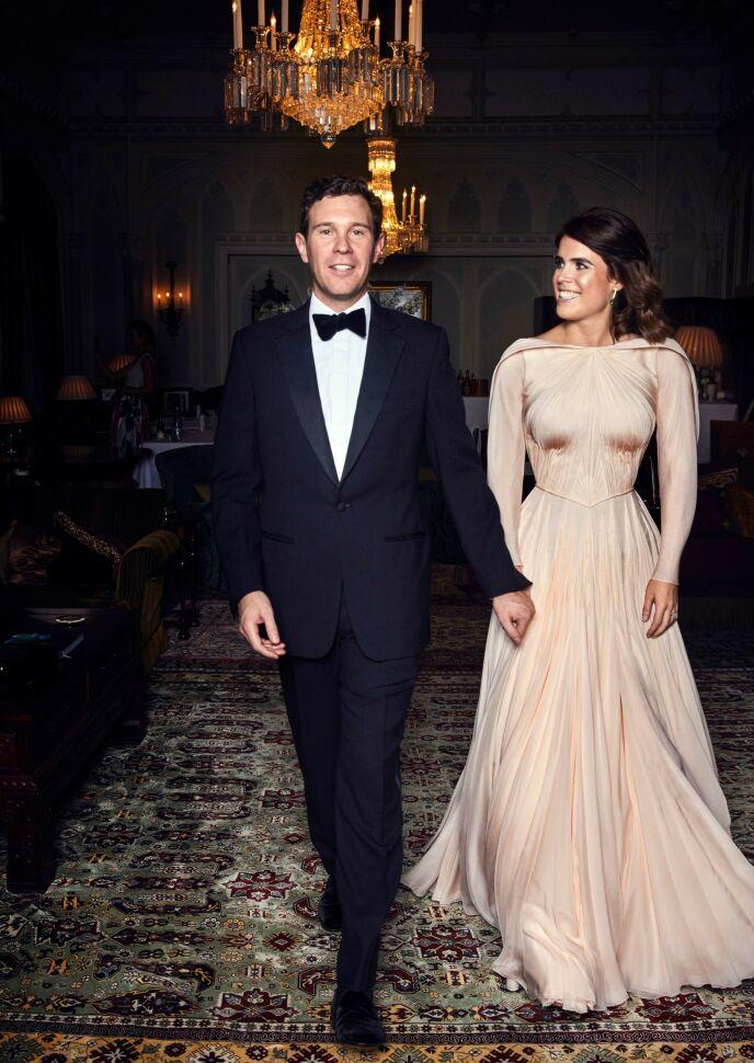 KJOLE NUMMER TO: I likhet med hertuginne Kate og hertuginne Meghan, skiftet også prinsesse Eugenie til en annen kjole - denne signert Zac Posen - før selve bryllupsfesten ble sparket i gang. Foto: Alex Bramall/ REX/ NTB