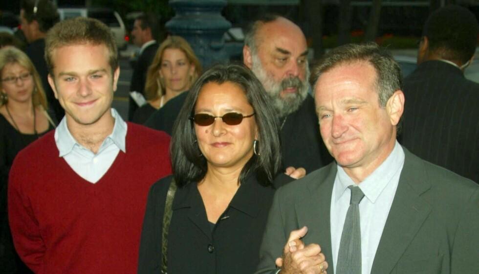 RØRENDE: Robin Williams fikk tre barn i løpet av livet. Sønnen Zak er det eneste han fikk med ekskona ekskona Elayne Booster. De gikk hver til sitt i 1988. Han giftet seg seinere med Marsha Graces, som han poserer med her i 2002 - sammen med sønnen Zak. Foto: Peter Brooker/REX, NTB