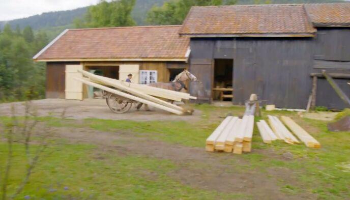FULL FART: Hesten løp avgårde med både materialer og Sindre Nyeng bakpå. Heldigvis gikk det bra med alle kan deltakeren. Foto: TV 2