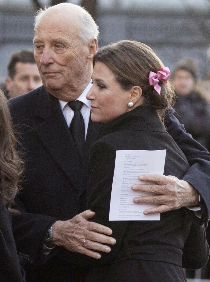 <strong>DET SISTE FARVEL:</strong> Kong Harald holder rundt datteren Märtha Louise etter bisettelsen til Ari Behn. Foto: Morten Eik/ Se og Hør