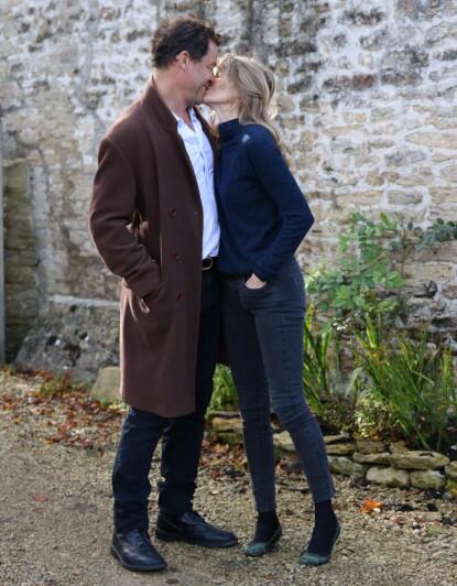 SAMMEN: Dominic West og Catherine FitzGerald fortalte de oppmøtte fotografene at de fremdeles er godt gift. Foto: Mike / Splash News / NTB