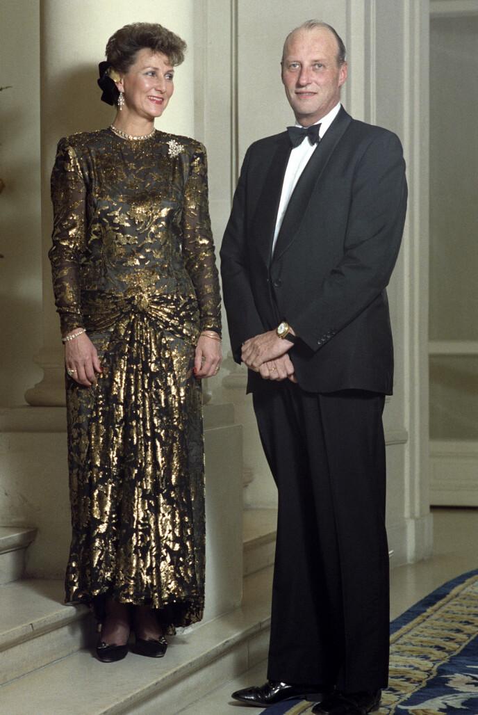 <strong>PÅ REISEFOT:</strong> Kronprinsesse Sonja og kronprins Harald på offisielt besøk i Frankrike i 1988. Her iført galla på Hotel Ritz. Sonja i gull brokade kjole. Foto: Morten Hval / Bjørn-Owe Holmberg/ NTB