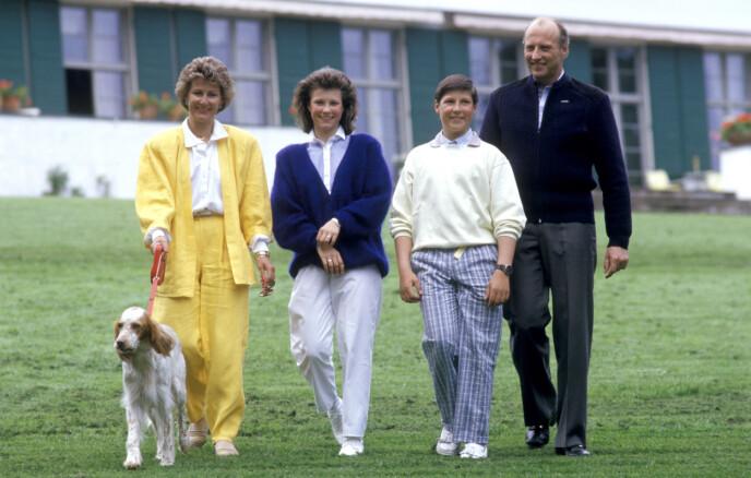 <strong>DEN GANG DA:</strong> Den daværende kronprinsfamilien avbildet sammen med familiens hund på Skaugum i 1987. Foto: Bjørn Sigurdsøn / NTB