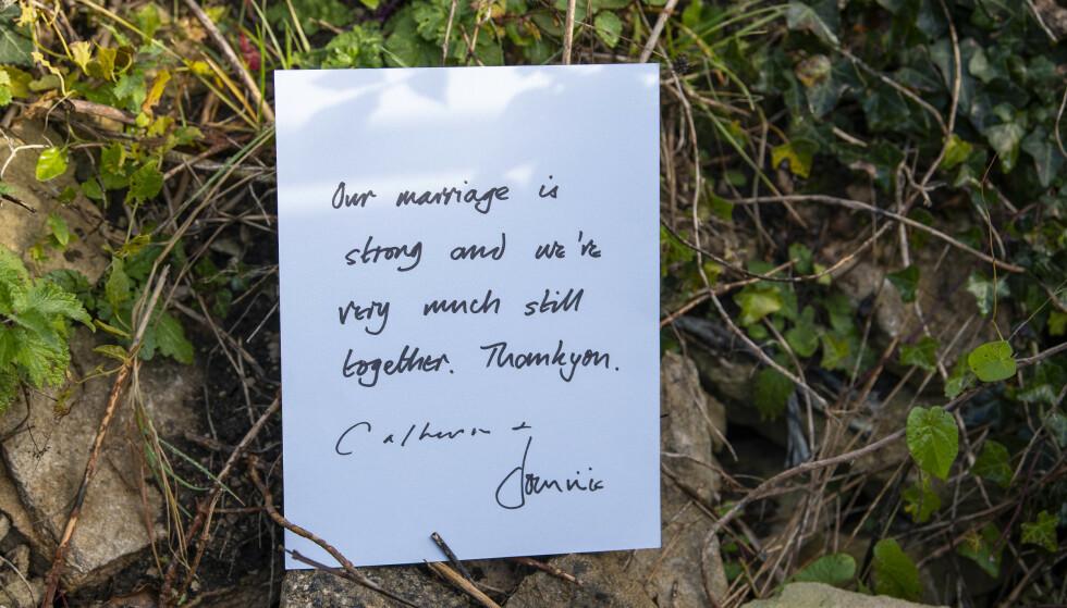 <strong>LAPP:</strong> Denne lappen ble gitt til oppmøtte fotografer utenfor ekteparets hus. Foto: Splash News / NTB