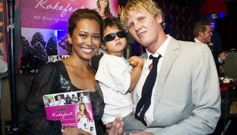 MED SØNNEN: Her er familien fotografert sammen i 2012, i forbindelse med at Tone ga ut bok. I dag er Leonel blitt hele 12 år gammel. Foto: Andreas Fadum / Se og Hør
