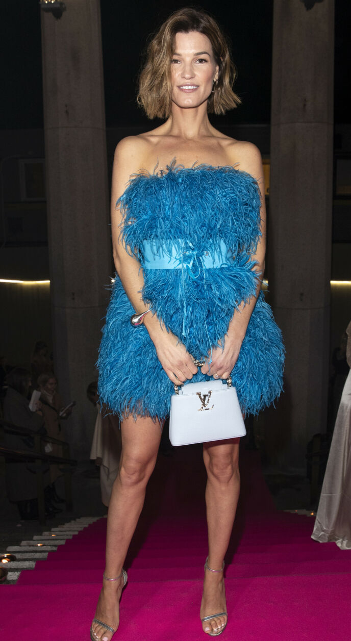 HANNELI MUSTAPARTA: Supermodellen skilte sge ut i sin knallblå fjærkjole. Foto: Andreas Fadum/ Se og Hør