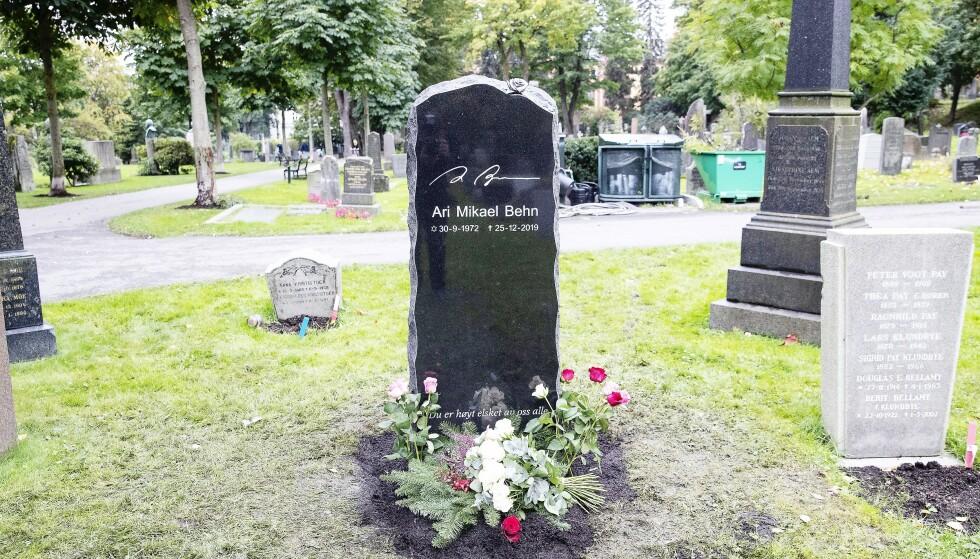 SORT BAUTA: Den svarte gravsteinen med Ari Behns navnetrekk har en påskrift nederst: Du er høyt elsket av oss alle.