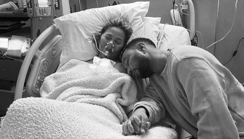 <strong>I SORG:</strong> Chrissy Teigen og John Legend hylles for åpenhet rundt det tragiske tapet. Her er bilder de har gitt ut fra innsiden av sykehuset. Foto: Reuters/NTB