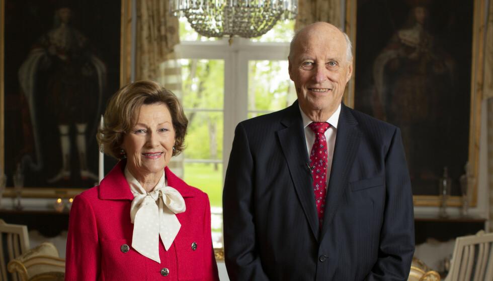 <strong>VANT HVERANDRE:</strong> For mange var det helt utenkelig at daværende kronprins Harald skulle gifte seg med borgerlige Sonja Haraldsen i sin tid. I en ny bok snakker ekteparet ut om den tøffe tida, og motstanden de møtte i flere år. Her er de fotografert tidligere i år. Foto: Erik Edland, TV2 / NTB