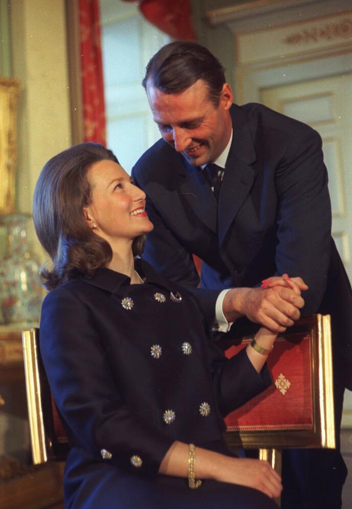 <strong>YNDIGE:</strong> Lykken var til å ta og føle på da paret, som hadde hodlt sin kjærlighet skjult i ni år, forlovet seg. Foto: NTB