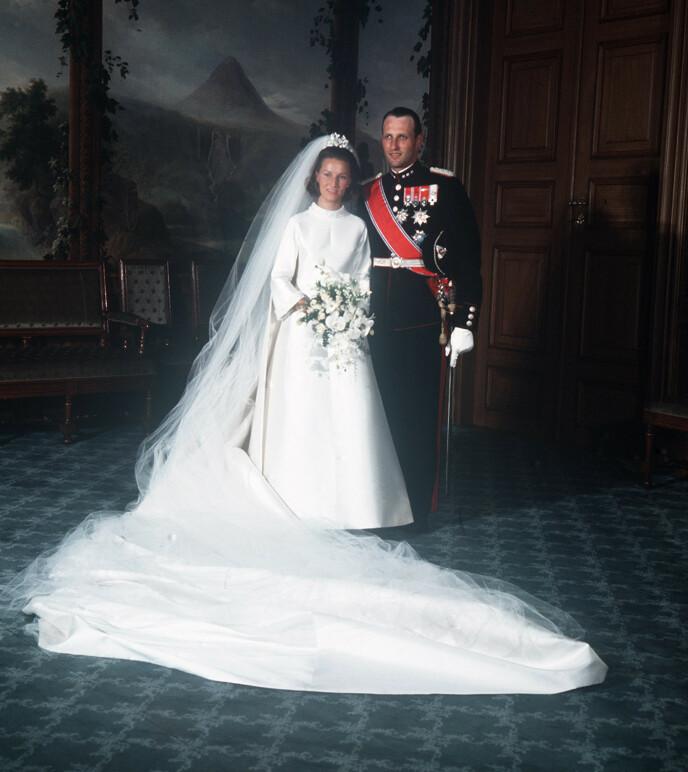<strong>RETTE EKTEFOLK:</strong> I august 1968, et halvår etter at de forlovet seg, fikk Harald sin Sonja. Det var på ingen måte gitt. Foto: NTB