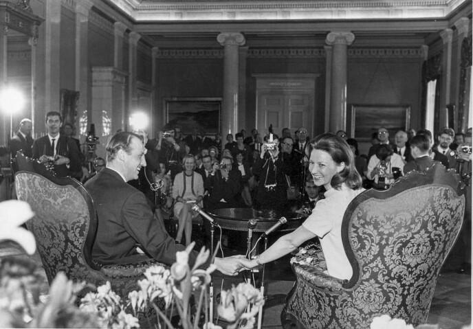 <strong>VANT GJENNOM:</strong> Sonja og Harald kunngjør forlovelsen 19.03 1968. Her er de på Slottet under pressekonferansen. Foto: Åsgeir Valldal / Dagbladet