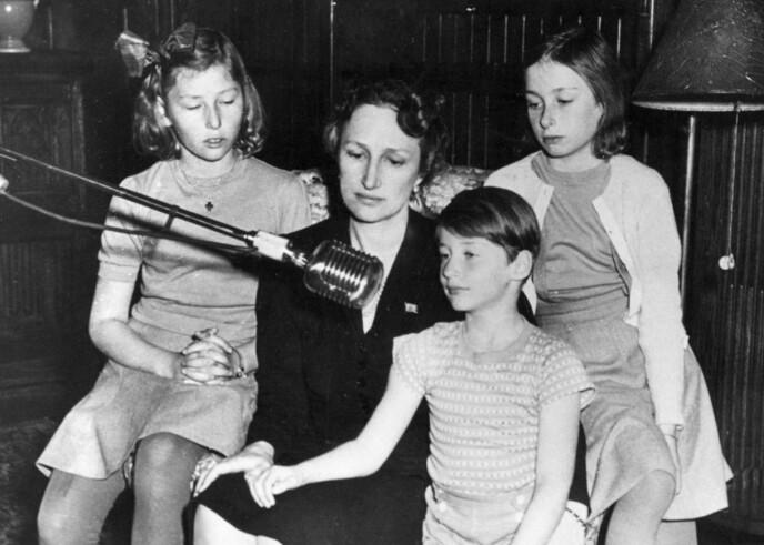 NÆRT BÅND: Kong Harald hadde et nært forhold til sin mor kronprinsessse Märtha. Under krigen bodde kronprinsbarna Harald, Astrid og Ragnhild og kronprinsessen i eksil i Amerika. Her sendte de en hilsen til folket julen 1942. FOTO: NTB