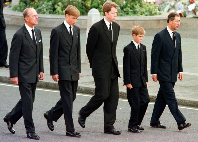 STERKE MINNER: Da kong Harald så de to prinsene William og Harry gå bak sin mors kiste i 1997, ble han minnet på da han selv gikk ned Karl Johan til Domkirken i Oslo da moren kronprinsesse Märtha skulle begraves 43 år tidligere. FOTO: NTB