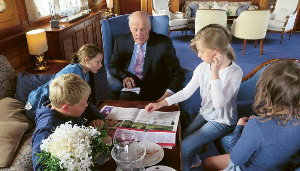 KONG HARALD: Under en ferd på kongeskipet «Norge», lærer bestefar kongen barnebarna å spille yatzy. FOTO: Dronning Sonja