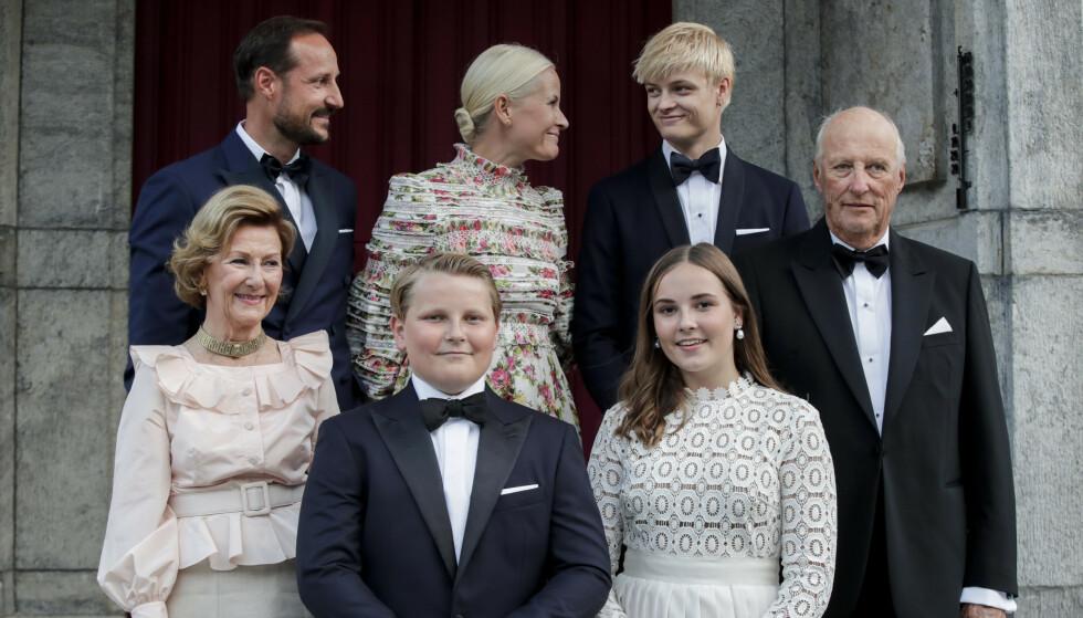 ÅPENHJERTIG: I boka «Kongen forteller» kommer kong Harald med flere innrømmelser. Her fotografert på Skaugum med familien i fjor. Foto: Vidar Ruud / NTB