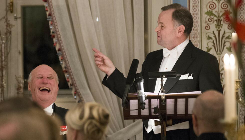 LATTERMILD: Kong Harald lo godt under stortingspresident Olemic Thommessen sin tale ved stortingsmiddagen på Slottet i 2013. Foto: Berit Roald / NTB