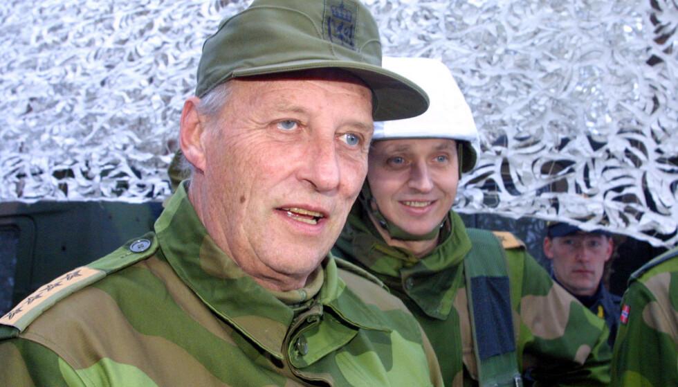 OFFISER: Kong Harald besker militærøvelsen Joint Winter i 2003. Her er han sammen med sjef for 6. divisjon, Kjell Grandhagen. Foto: Jan-Morten Bøjrnbakk / NTB