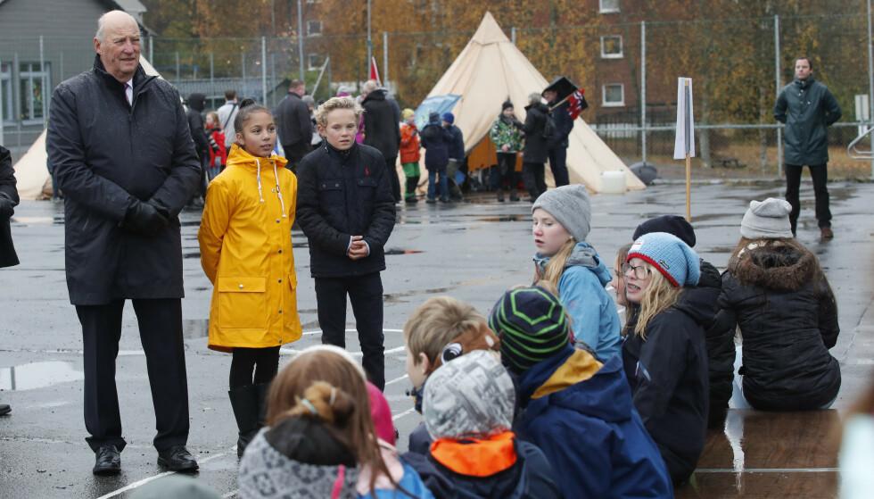 PÅ SKOLEBESØK: Kong Harald under sitt besk på Løvenstad skole i Rælingen i 2017. Vanessa Bryn og Wilfred Brenna ledsager kongen. Foto: Terje Bendiksby / NTB