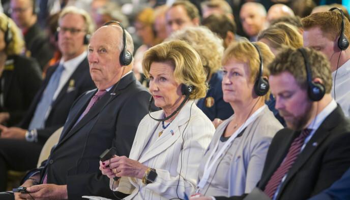 TEKNOLOGISK: Kong Harald har skydd mobiltelefonen - helt frem til i år. Han er likevel ikke helt teknologisk bakpå - noe dette besøket i Buenos Aires i 2018 beviser. Foto: Heiko Junge / NTB