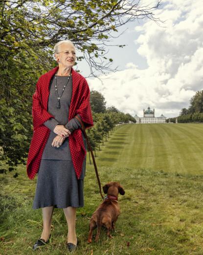 HYLLES: Fotografen var svært glad for at dronningen tok med hunden Tilia på portrett bildene. Foto: Per Morten Abrahamsen / Det danske kongehuset