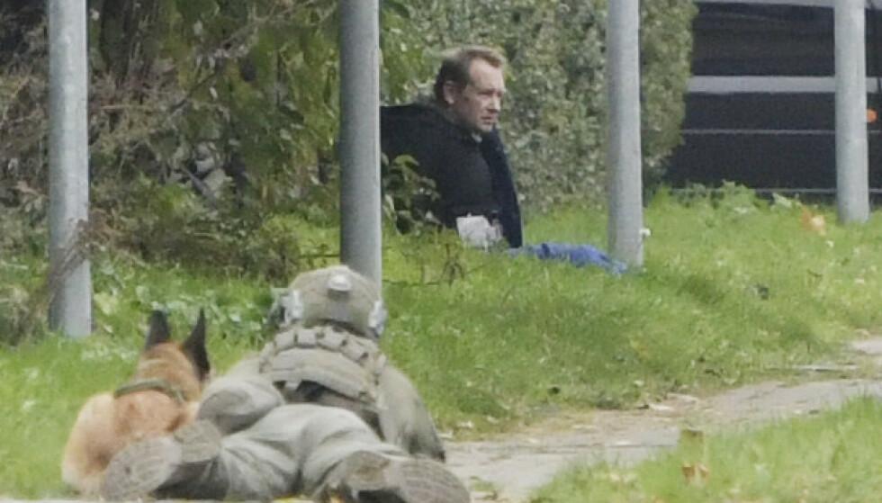 PRØVDE Å RØMME: Her sitter Peter Madsen i gresset, etter å ha kommet seg ut av det godt bevoktede fengselet. Foto: Nils Meilvang / Ritzau Scanpix / NTB
